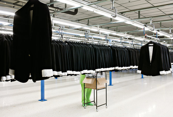 zara and different from other large clothing retailers and business model What is the zara business model how is it different from the business model of other large clothing retailers what weakness if any do you see within this business.
